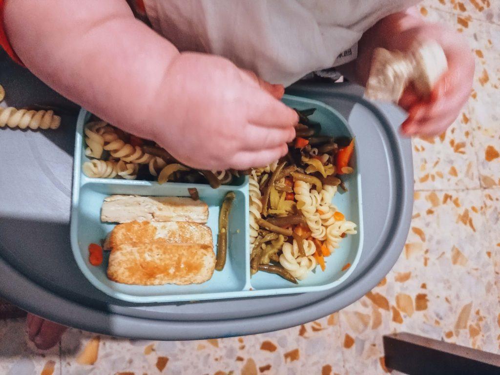 Repas d'un bébé en DME végétalienne avec tofu