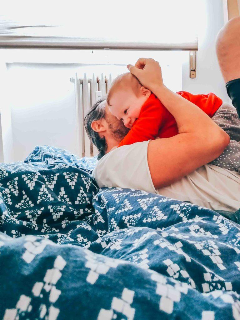 Câlins après la sieste dans la journée type d'un bébé de 11 mois