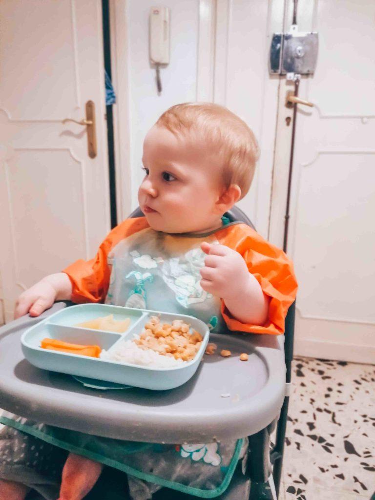 Déjeuner dans la journée type d'un bébé de 11 mois