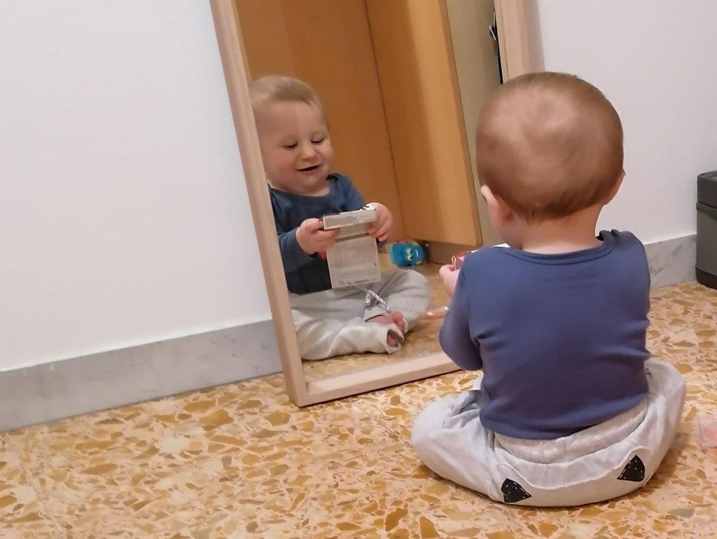 Laisser bébé explorer et s'admirer devant le miroir