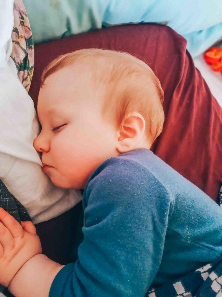 Sieste de l'après-midi pour un bébé de 11 mois