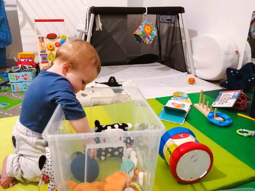 Activité à faire avec bébé : vider des boîtes