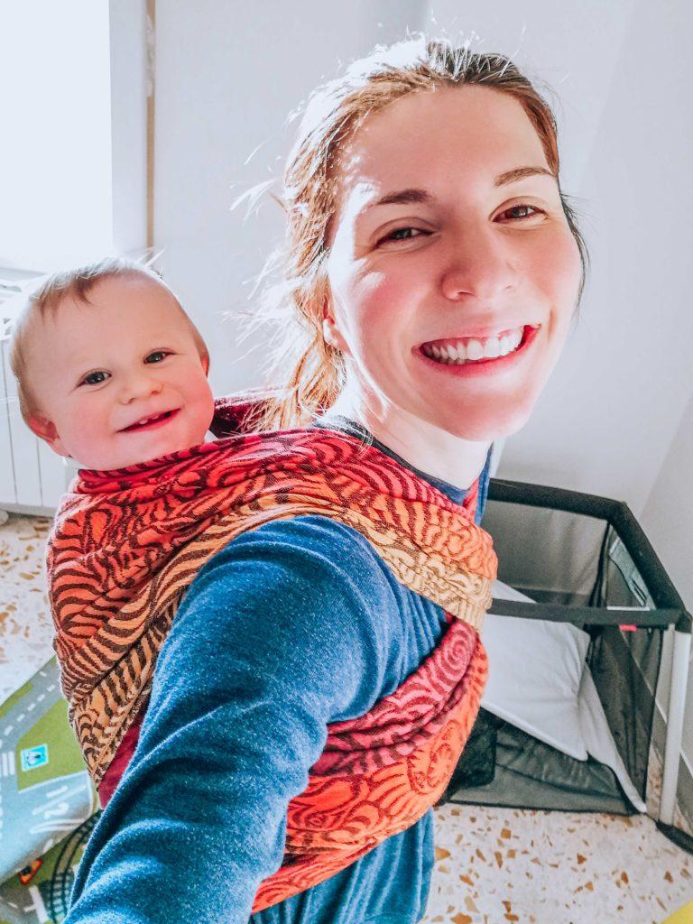 Bébé porté en écharpe de portage à 1 an