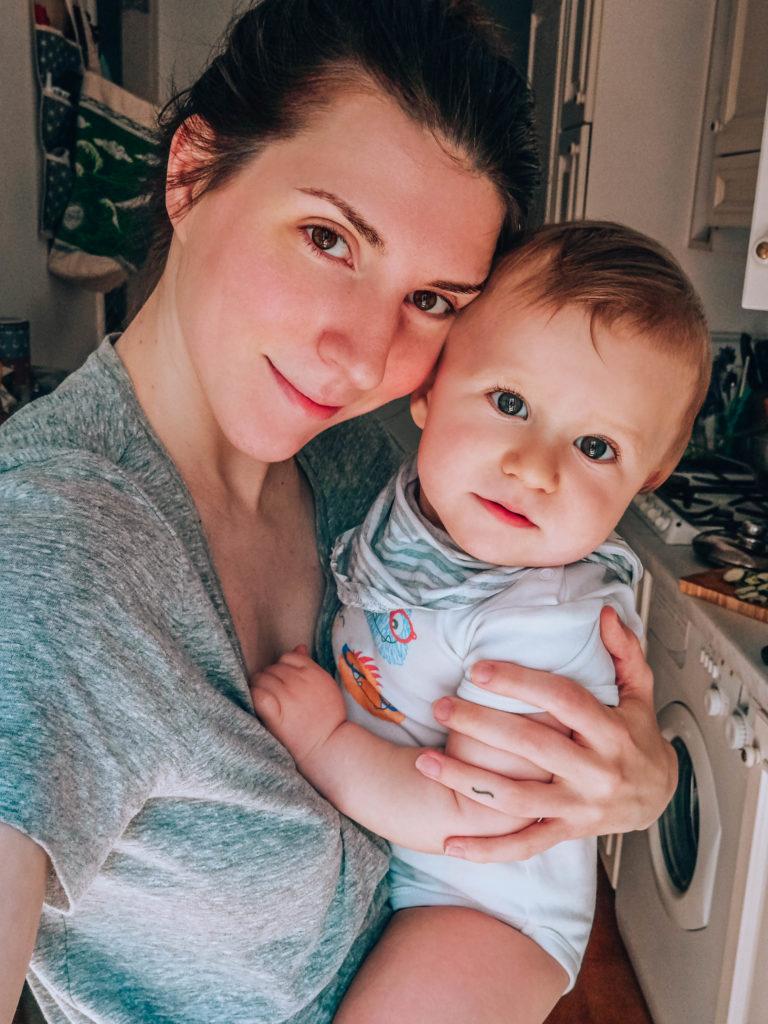 Câlin bébé maman à 1 an