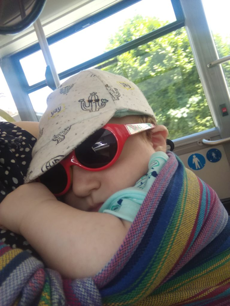 Bébé habillé pour un portage l'été