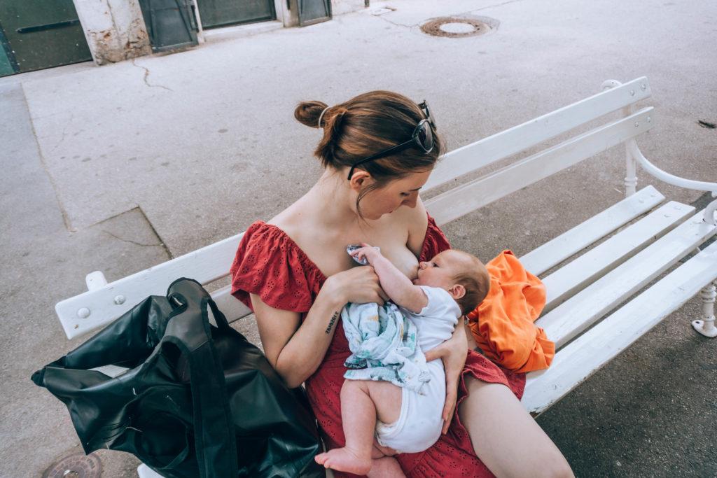 Tétée pour hydrater bébé pendant le portage