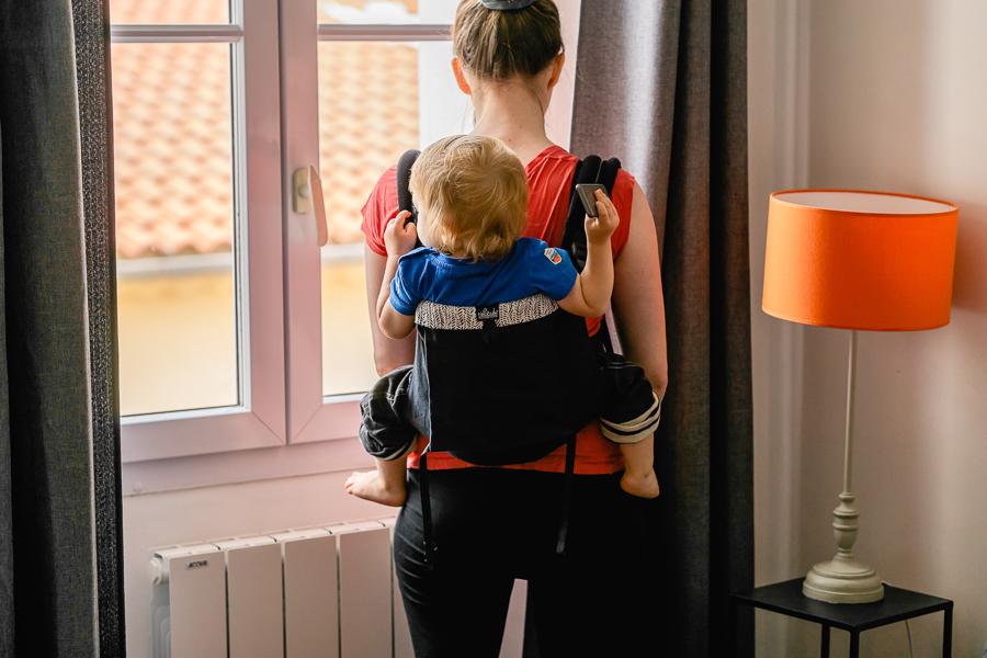 Le porte bébé Néobulle modèle Ebene avec un bambin