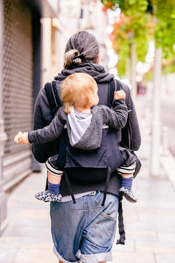 Un papa qui porte avec le porte bébé Néobulle