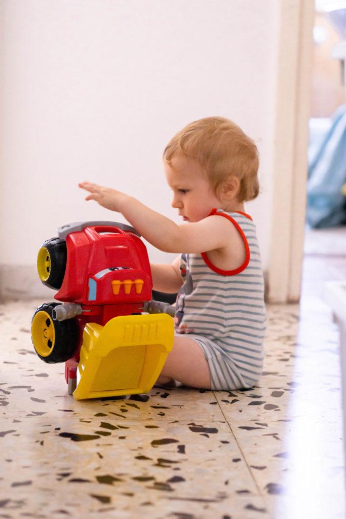 Bébé jouant avec un gros camion cadeau de noel