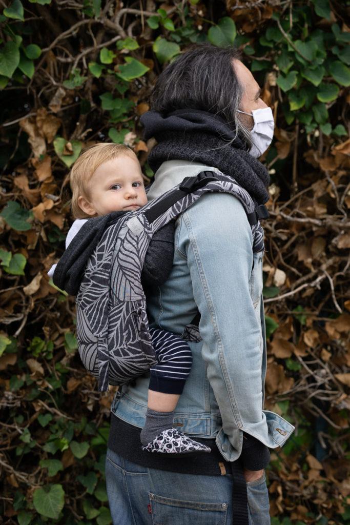 Bébé porté dans le onbuhimo Fidella par son papa porteur-1