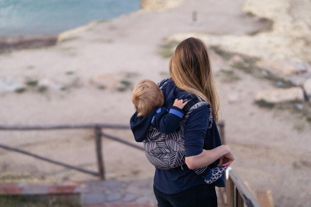 Bébé porté par sa maman dans le porte bébé onbuhimo SAD de Fidella