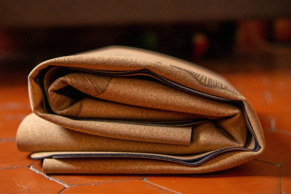 Le tapis de yoga de voyage qui se plie de Yogamatata