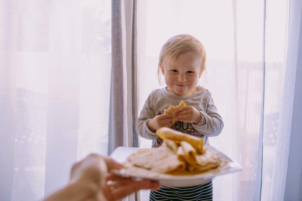 bébé mange des crepes sans sucre et vegan