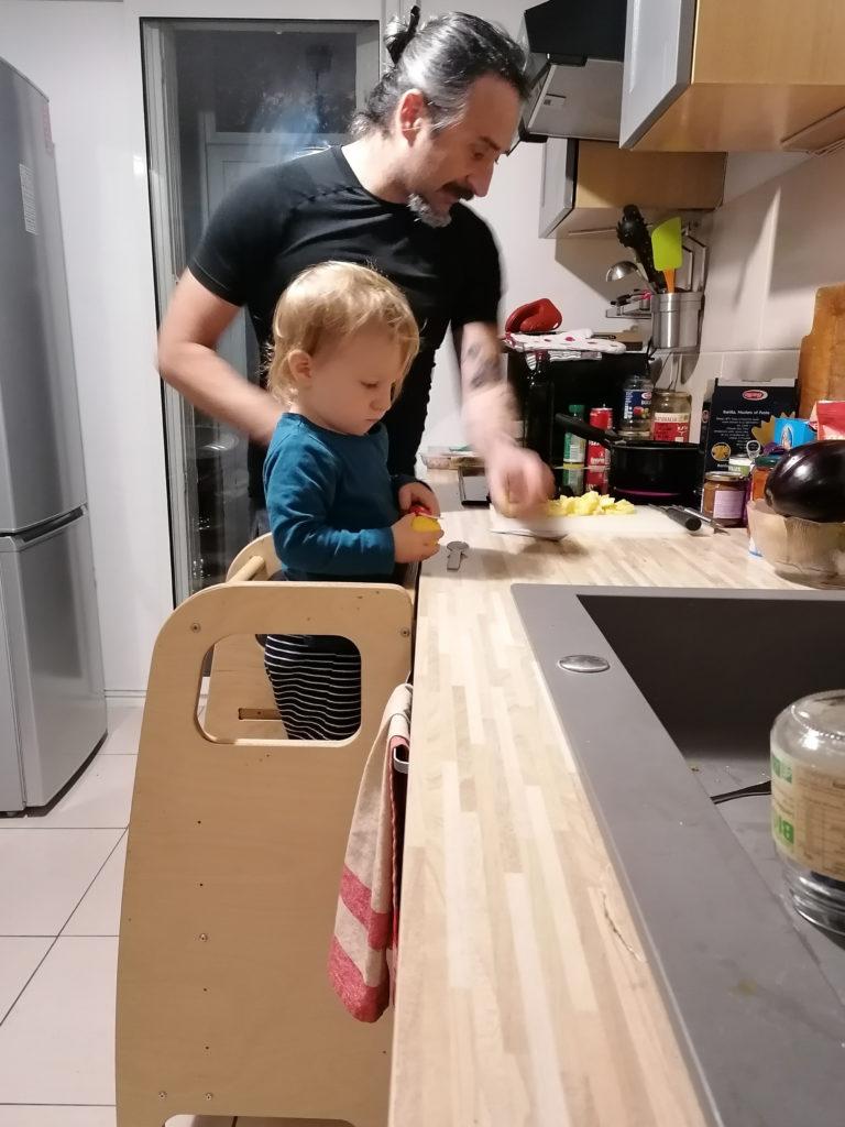 Père au foyer en train de cuisiner avec son bébé