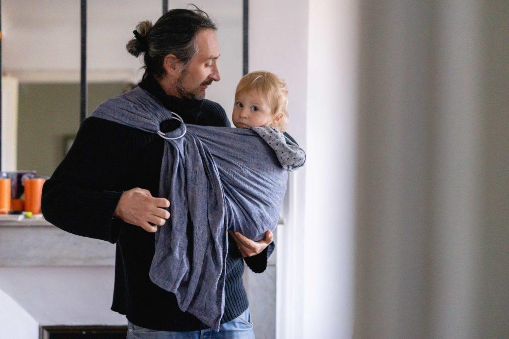 bambin porté en sling bud&blossom Hortense par son papa