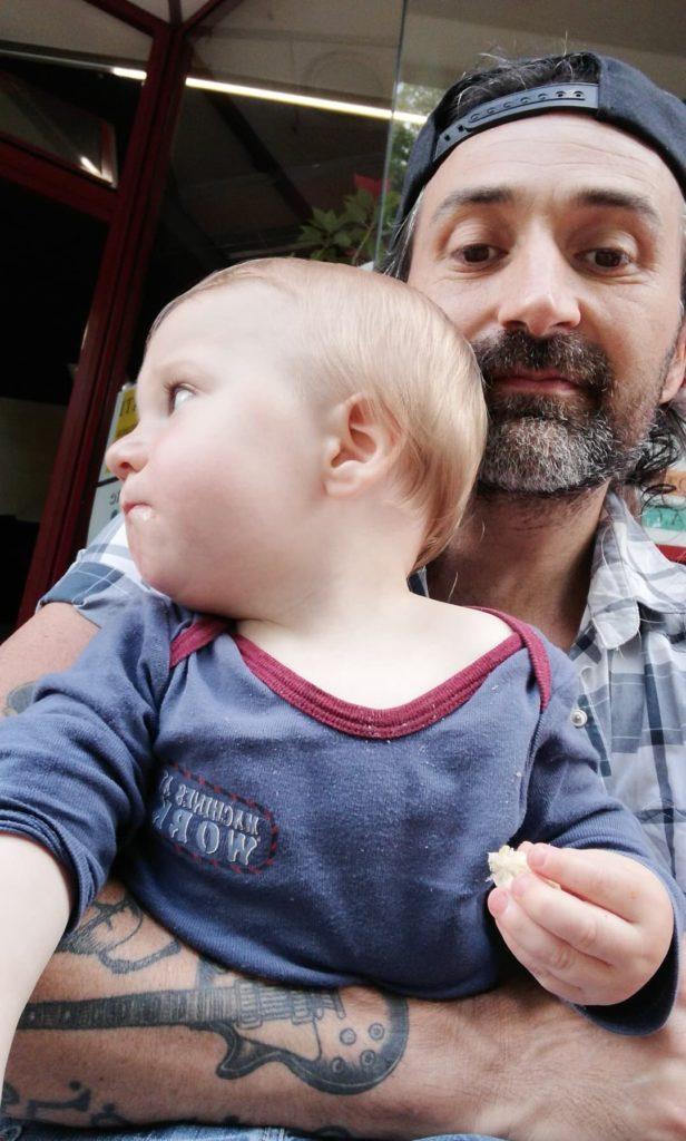 bébé avec son papa au foyer