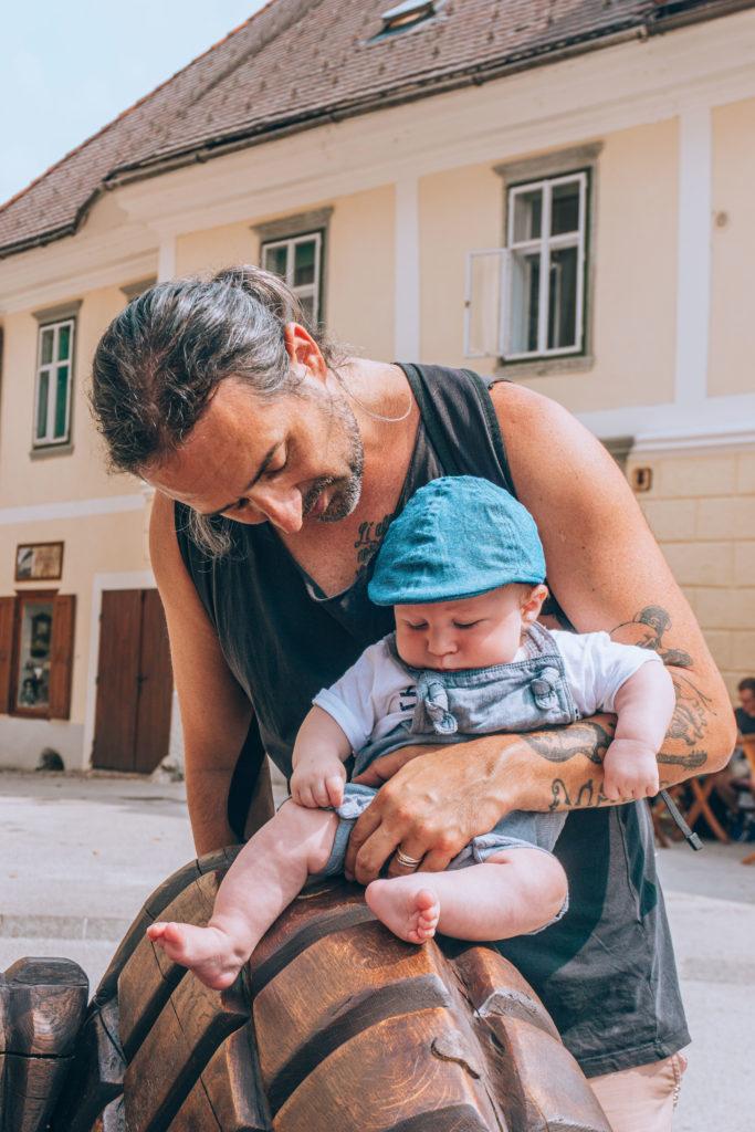 papa au foyer en voyage avec son bébé en Slovénie