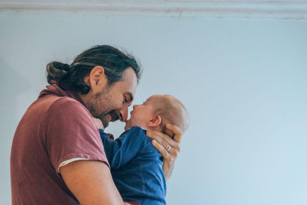 papa au foyer qui s'amuse avec son bébé