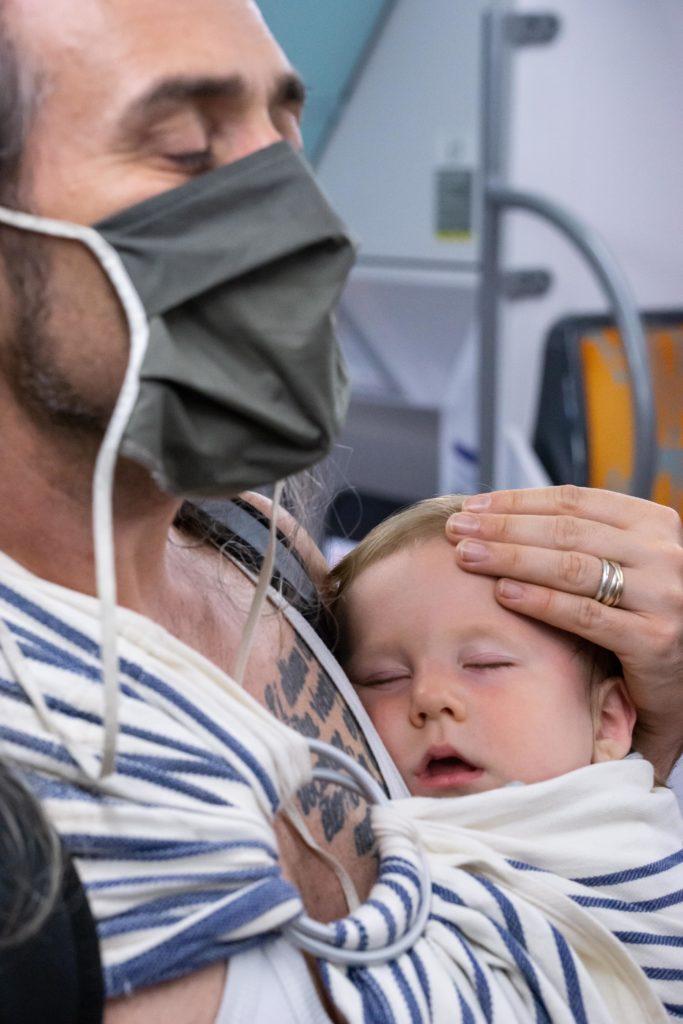papa en train de porter son bébé en sling Néobulle