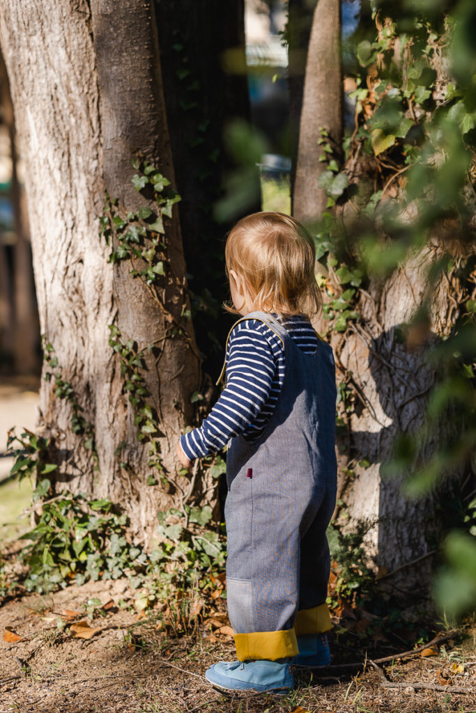 Chaussures souples barefoot pour bébé Wildling Shoes dans la forêt