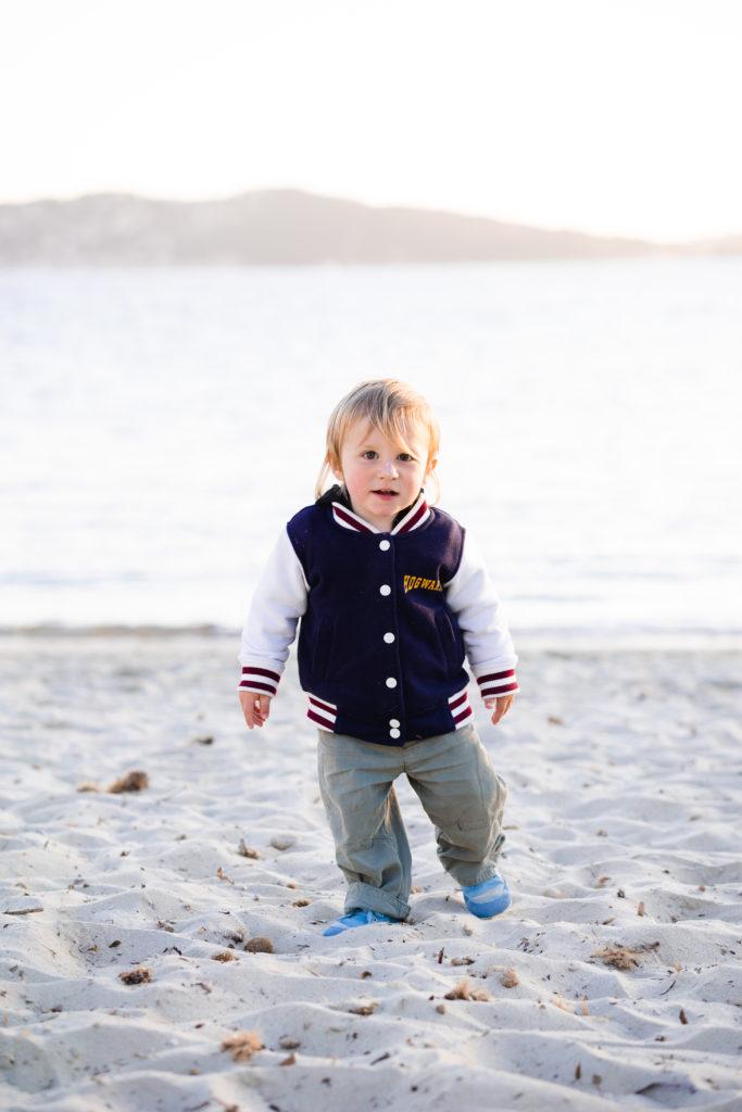 Bébé en chaussures souples Wildling barefoot à la plage