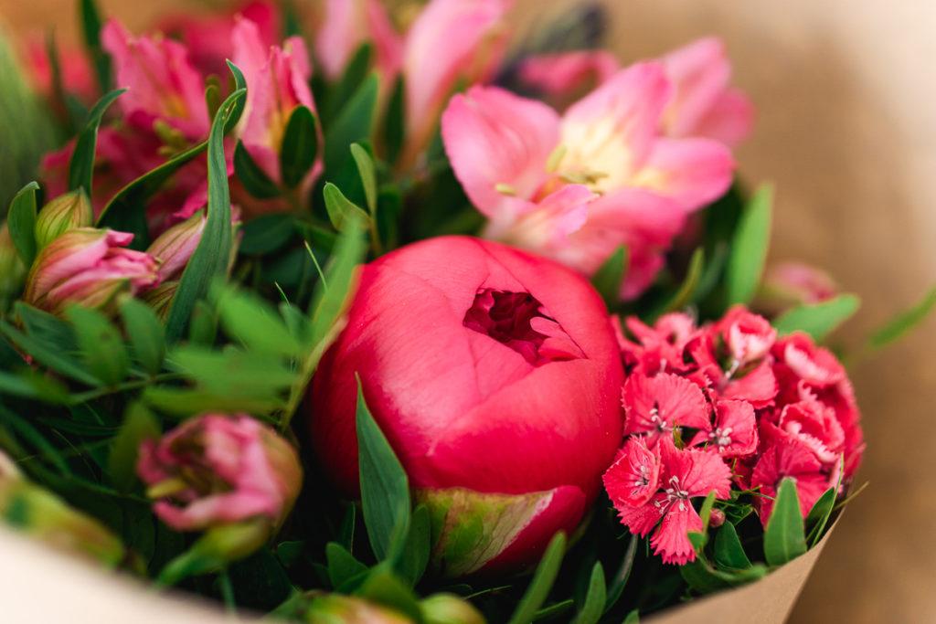 Monsieur Marguerite fleurs de saison bouquet pivoines