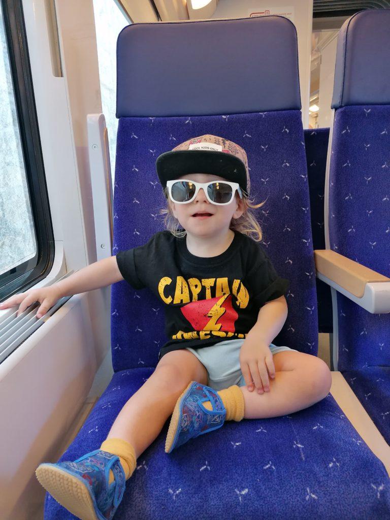 Cesare dans le train pour un petit voyage