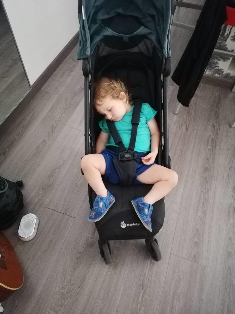 Journée type 24 mois la sieste dans la poussette