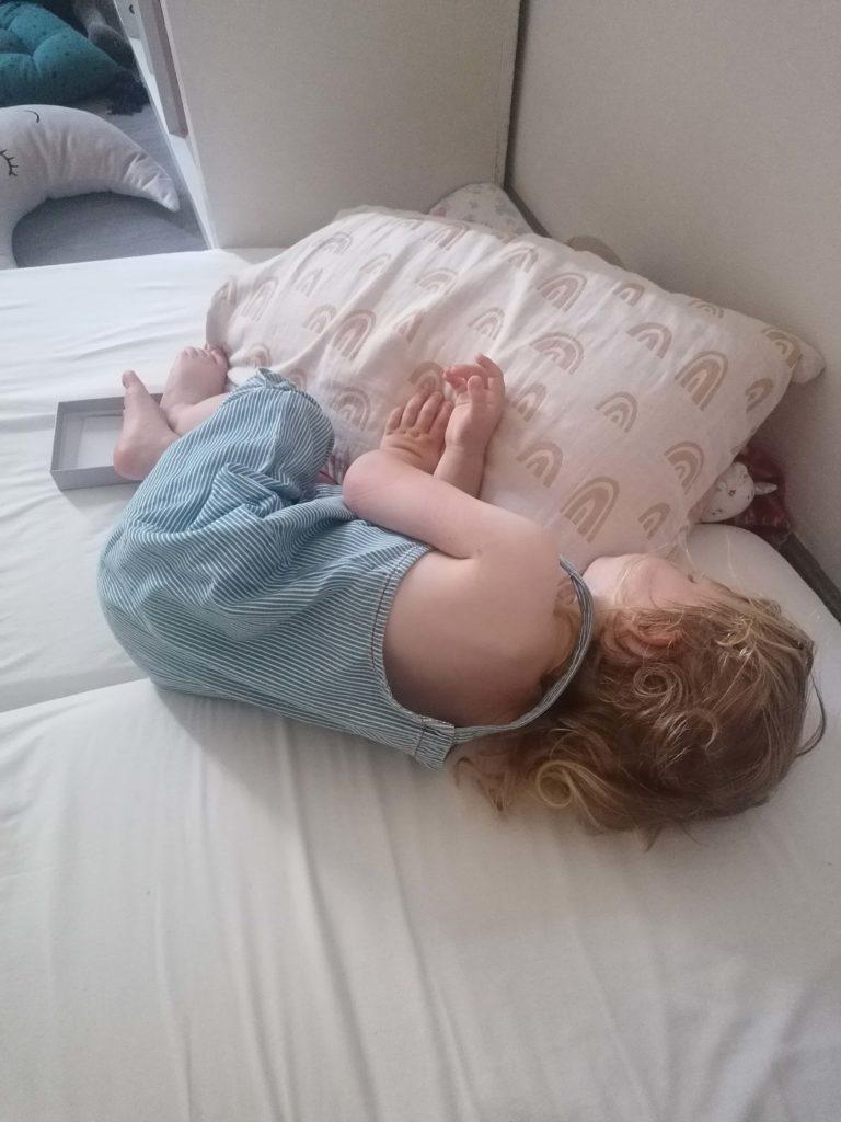 Journée type 24 mois la sieste sur le lit