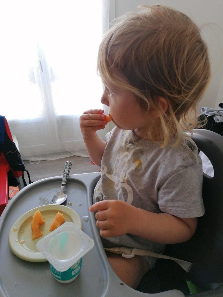 Journée type 24 mois repas sur la chaise haute